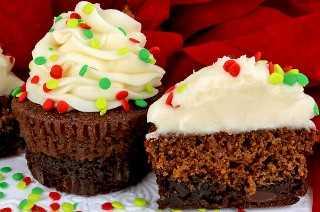 Las magdalenas de pan de jengibre de Brownie son un toque único en un clásico: brownies más pan de jengibre casero y glaseado de crema de mantequilla en una única y deliciosa magdalena navideña. ¡Tan fáciles de hacer y que saben tan increíbles como se ven! Tus familiares, amigos e invitados a la fiesta navideña quedarán impresionados cuando sirvas este delicioso postre dos en uno. Que divertido y delicioso regalo navideño. Pin este fácil Postre de Navidad para más tarde y síganos para obtener más ideas geniales de Comida de Navidad. #ChristmasCupcakes #ChristmasDesserts #ChristmasTreats