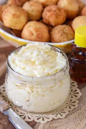Un frasco de mantequilla de miel junto a nuestros hushpuppies favoritos