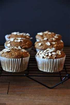 Rejilla de enfriamiento con un lote de nuestros muffins de calabaza veganos y avena