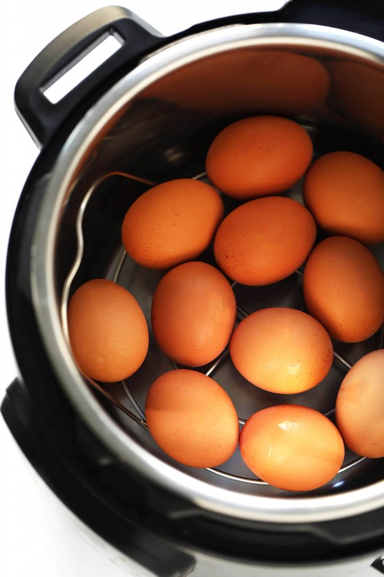 Huevos duros instantáneos de olla &quot;width =&quot; 1392 &quot;height =&quot; 2088 &quot;data-pin-description =&quot; Huevos duros instantáneos de olla: ¡el método más fácil para hervir los huevos! | gimmesomeoven.com #eggs #instantpot #pressurecooker #breakfast #vegetarian #healthy &quot;srcset =&quot; https://juegoscocinarpasteleria.org/wp-content/uploads/2019/04/Olla-Instantanea-Huevos-Duros.jpg 1392w, https://www.gimmesomeoven.com/wp-content/uploads/2019/04/Everything-Deviled-Eggs-Recipe-2-1100x1650.jpg 1100w, https://www.gimmesomeoven.com/wp-content /uploads/2019/04/Everything-Deviled-Eggs-Recipe-2-768x1152.jpg 768w, https://www.gimmesomeoven.com/wp-content/uploads/2019/04/Everything-Deviled-Eggs-Recipe- 2-320x480.jpg 320w &quot;tamaños =&quot; (ancho máximo: 1392px) 100vw, 1392px &quot;data-jpibfi-post-excerpt =&quot; &quot;data-jpibfi-post-url =&quot; https://www.gimmesomeoven.com/ instant-pot-hard-boiled-eggs / &quot;data-jpibfi-post-title =&quot; Instant Pot Hard Boiled Eggs &quot;data-jpibfi-src =&quot; https://www.gimmesomeoven.com/wp-content/uploads/2019 /04/Everything-Deviled-Eggs-Recipe-2.jpg &quot;/&gt;</p> <p>Cuando se trata de hacer huevos duros, ahora soy Team Instant Pot hasta el final. ♡</p> <p>Sencillamente, el Instant Pot solo elimina el 100% de las conjeturas de hacer los huevos duros perfectos. No es necesario cuidar a la estufa, ni lidiar con una olla enorme de agua hirviendo, ni cruzar los dedos para que los huevos estén hirviendo durante el tiempo correcto. No, una vez que haya colocado los huevos y el agua en la olla instantánea, se encargará del resto de la cocción por usted. Y por alguna razón mágica, los huevos duros instantáneos de olla instantánea también son sorprendentemente fáciles de pelar después. ¡Prima!</p> <p>Por supuesto, si aún no tiene una olla instantánea en su cocina, este método tradicional de huevos duros con estufa todavía funciona como un amuleto. Pero cambié a hacer mis huevos duros en el Instant Pot hace unos año