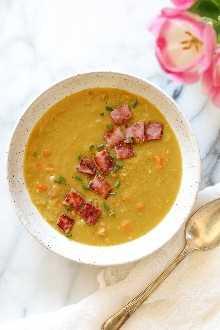 Cada vez que hago un jamón, guardo el hueso de jamón para esta deliciosa receta de Sopa de guisantes dividida con jamón.
