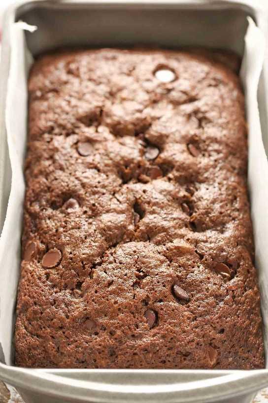 ¡Este pan de calabacín con doble chocolate es increíblemente rico, húmedo, dulce y lleno de trocitos de chocolate!