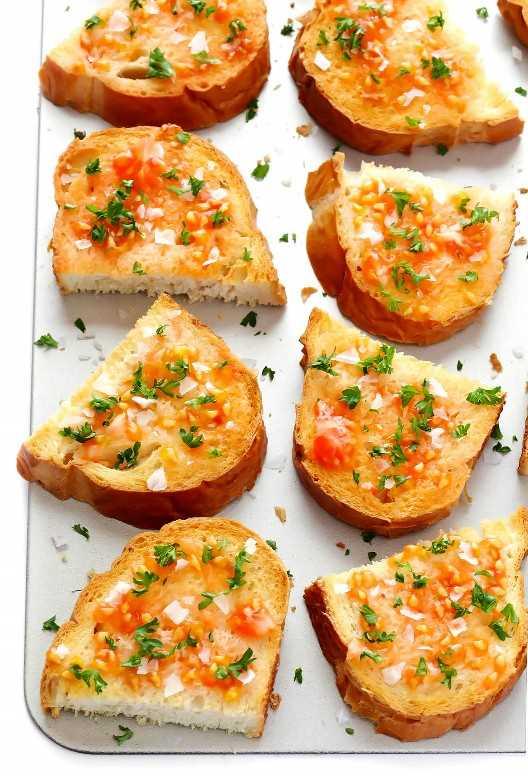 Todo lo que necesitas son 5 ingredientes fáciles de preparar para hacer el tradicional Pan Catalán Frotado con Tomate (Pan Con Tomate), ¡este aperitivo maravillosamente fresco y delicioso que acompaña a cualquier cena de tapas!   gimmesomeoven.com