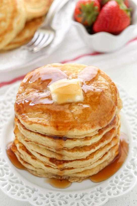 Estos panqueques de suero de leche ligeros y esponjosos son tan fáciles de hacer y resultan perfectos cada vez. Perfecto para el desayuno, el brunch, o incluso la cena!