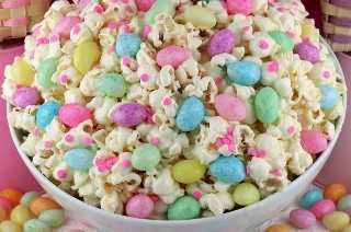 Easter Jelly Bean Popcorn - ¡un divertido y único postre de Pascua que contiene jalea y palomitas de maíz dulces y saladas! ¡Este regalo de Pascua es tan fácil de hacer y sería un excelente Postre de Pascua o un Dulce de Pascua único para la canasta de Pascua para niños! Guarde este delicioso bocadillo de Pascua para más tarde y síganos para obtener más ideas geniales sobre comidas de Pascua. #easterfood #jellybeans #easterdesserts