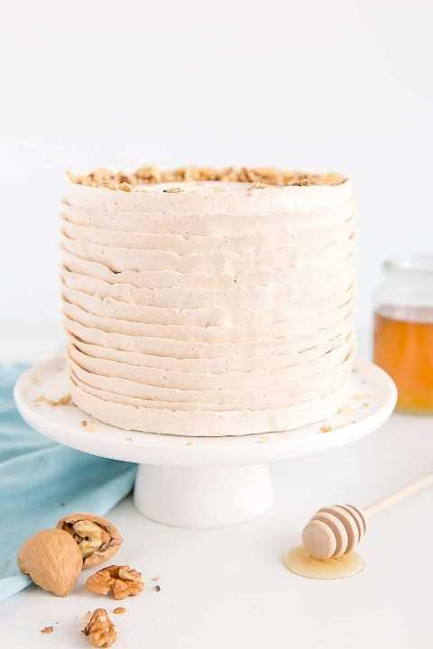 Um bolo de baklava em camadas com cobertura de canela e mel.