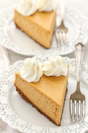 Un pastel de queso suave y cremoso de calabaza con una base de galleta de jengibre casera fácil. ¡El postre perfecto para el otoño!
