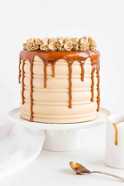 Caramelo infundido capas de pastel con una crema de caramelo de caramelo y goteo de caramelo.