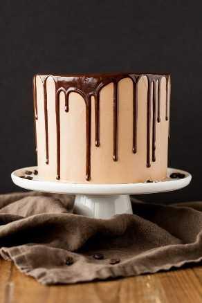 Pastel De Moca! Un rico pastel de chocolate oscuro con crema de mantequilla de merengue suizo de moca sedosa. | livforcake.com