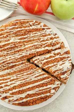 Una tarta de manzana húmeda y deliciosa cubierta con una cobertura de miga de azúcar morena simple. ¡Este pastel de café con manzana es el desayuno o el postre perfecto para el otoño!