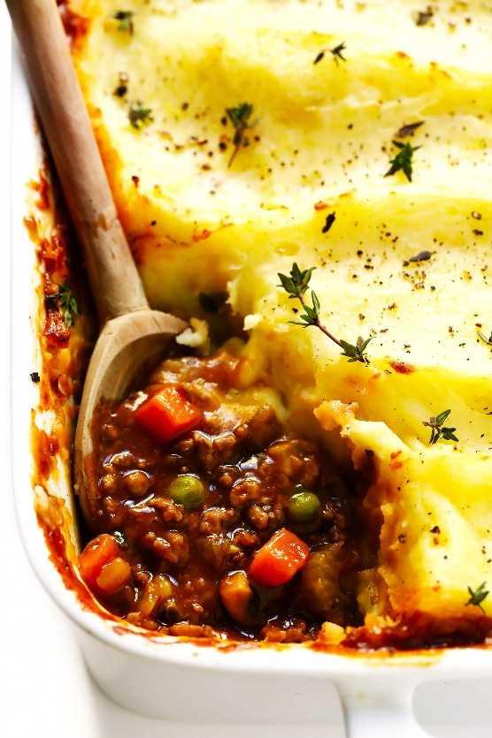 """Shepherd's Pie """"width ="""" 1392 """"height ="""" 2088 """"data-pin-description ="""" Esta sencilla receta de Shepherd's Pie está llena de verduras y carne tierna tierna o cordero, cocinados a fuego lento en la más deliciosa salsa sabrosa de hierbas, y aderezados Con el puré de patatas más cremoso. Perfecto para el día de San Patricio, o en cualquier momento que estés deseando algo de deliciosa comida irlandesa.   gimmesomeoven.com # shepherdspie #stpatricksday #irish #beef #mashedpotatoes #mealprep #dinner #casserole """"srcset ="""" https://www.gimmesomeoven.com/wp-content/uploads/2019/03/Irish-Shepherds-Pie-Recipe -3.jpg 1392w, https://www.gimmesomeoven.com/wp-content/uploads/2019/03/Irish-Shepherds-Pie-Recipe-3-1100x1650.jpg 1100w, https://www.gimmesomeoven.com /wp-content/uploads/2019/03/Irish-Shepherds-Pie-Recipe-3-768x1152.jpg 768w, https://www.gimmesomeoven.com/wp-content/uploads/2019/03/Irish-Shepherds- Pie-Recipe-3-320x480.jpg 320w """"tamaños ="""" (ancho máximo: 1392px) 100vw, 1392px """"data-jpibfi-post-excerpt ="""" """"data-jpibfi-post-url ="""" https: // www. gimmesomeoven.com/shepherds-pie/ """"data-jpibfi-post-title ="""" Shepherd's Pie """"data-jpibfi-src ="""" https://www.gimmesomeoven.com/wp-content/uploads/2019/03/Irish- Pastores-Pie-Receta-3.jpg """"/></p> <p>El mes pasado en Instagram, mencioné que nunca había hecho un pastel de pastor casero antes … y mi bandeja de entrada explotó instantáneamente.</p> <p>¡¡A muchos de ustedes les encanta el pastel del pastor !! ♡</p> <p>Aún mejor, muchos de ustedes tenían consejos y recetas de pastel de pastor que estaban dispuestos a compartir conmigo.</p> <p>Así que con el Día de San Patricio a la vuelta de la esquina, he estado trabajando duro el mes pasado probando y volviendo a probar todas sus recomendaciones hasta que llegué a mi propia receta clásica de pastel de pastor que estoy feliz de finalmente agregar a esto sitio hoy Está rebosante (bastante literalmente) de carne tierna o de cordero y muchas verduras, incluido un generoso puñado de champiñones """