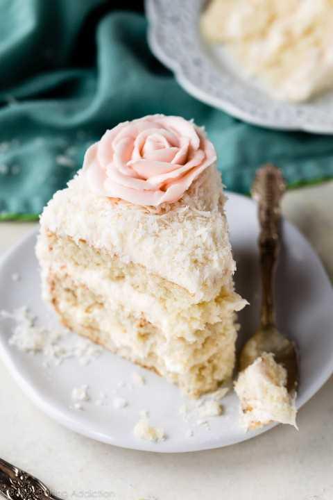 Rebanada de pastel de coco en un plato