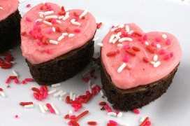 Valentines Cake Bites: divertidos y deliciosos mini pasteles con un bonito glaseado de crema de mantequilla rosado. Una gran idea de postre para el Día de San Valentín y una toma única de una magdalena de San Valentín. Súper fáciles de hacer, serán un excelente regalo de San Valentín para la fiesta de este año. Síguenos para más ideas de comida de San Valentín.