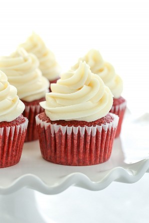 Estas magdalenas de terciopelo rojo son suaves, ligeras, húmedas y rematadas con un glaseado de queso crema fácil. Perfecto para cualquier ocasión!