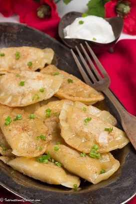 Un plato lleno de pierogies polacos.