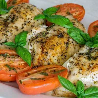 Pechuga De Pollo Rellena De Espinaca Y Mozzarella Con Tomate Asado