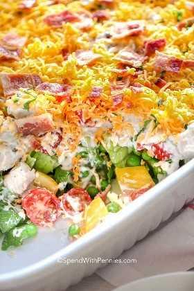 Ensalada de 7 capas con verduras frescas y aderezo casero de rancho