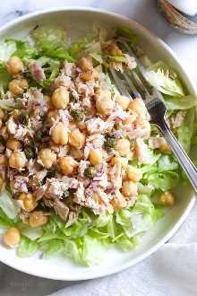 ¡La ensalada de atún de garbanzos con alcaparras es perfecta para el almuerzo! ¡Rápido y fácil para la preparación de comidas! Saludable y abundante, esta ensalada de atún sin mayonesa está cargada de proteínas y omega 3 y sabe aún mejor al día siguiente.