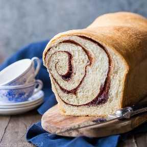 Receta casera de pan de canela: este es el mejor que he probado. Suave y húmeda, con una cinta de azúcar canela corriendo por todas partes. Perfecto tostado y con mantequilla para el desayuno! panes de comida canela