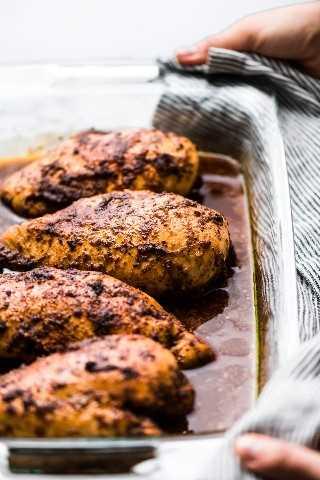 Chipotle pechugas de pollo en una fuente para hornear.   Si te encanta Chipotle Mexican Grill, ¡te va a encantar esta receta de pollo chipotle! ¡Hecho con un adobo sabroso y perfecto para comidas saludables!