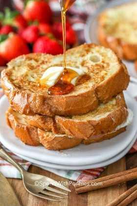 Jarabe de arce se vierte sobre tostadas francesas con arándanos