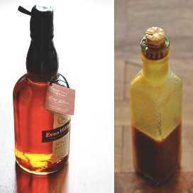 Botella de bourbon y botella de salsa de caramelo hecha con el bourbon.