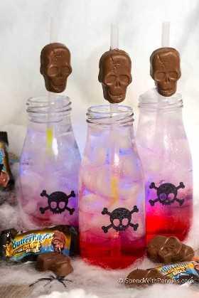 3 botellas de brillo en el jugo oscuro del esqueleto con cráneos en la botella