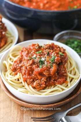 Salsa casera de espagueti en pasta con perejil