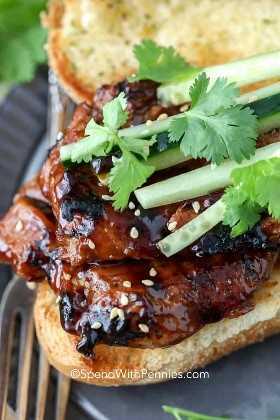 Sanduíche de Teriyaki de porco grelhado no pão torradas com pepinos e coentros