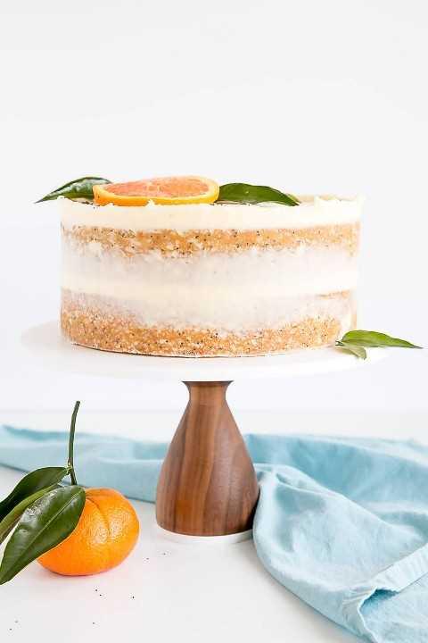Torta anaranjada de la semilla de amapola con buttercream del mascarpone.