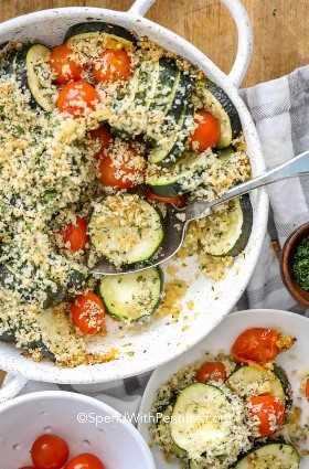 Cazuela De Calabacín Al Horno En Un Plato Con Tomates