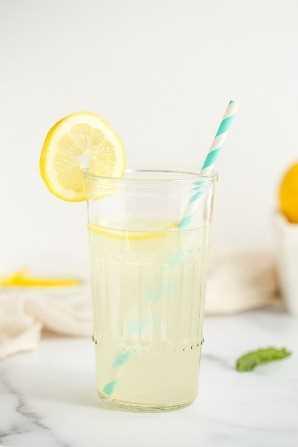 Una imagen del primer de un vidrio de limonada.