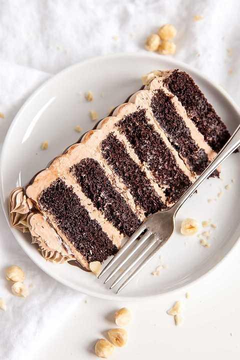 Rebanada de torta de Nutella en una placa.