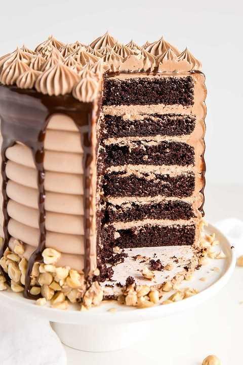 Pastel de chocolate de nutella con una rebanada.