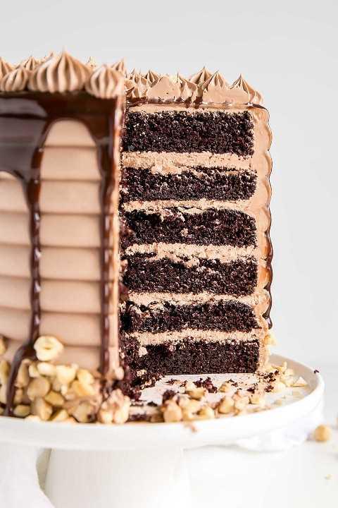 Seis capas de pastel de chocolate emparedado con crema de mantequilla Nutella.