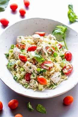 Ensalada de pollo Orzo: ¡pollo jugoso mezclado con orzo, tomates, pepinos, albahaca y una vinagreta de limón súper sabrosa! ¡Fácil, saludable, listo en 30 minutos, y una manera perfecta de usar las verduras frescas de su jardín!