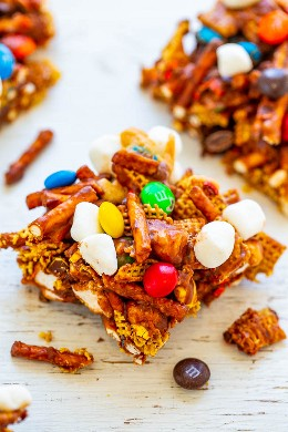 Barras Chex Mix de chocolate Peanut Butter - ¡TAN FÁCIL, SIN COCINAR, y listas en CINCO minutos! ¡Cereales Chex, pretzels y M & Ms pegados con mantequilla de maní y malvaviscos! ¡Una combinación irresistible de sal y dulce!