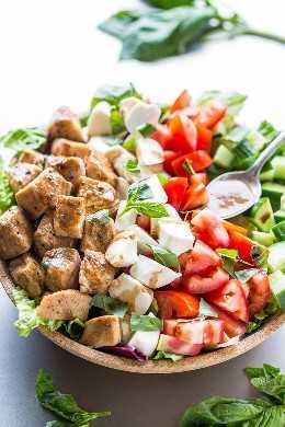 Ensalada Caprese de pollo balsámico: pollo jugoso cubierto de balsámico junto con tomates grandes, mozzarella cremosa y albahaca. Fácil, saludable, listo en 15 minutos! La ensalada caprese que harás de nuevo y otra vez !!