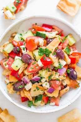 Ensalada griega de chip de pita: ¡la ensalada griega acaba de renovarse! ¡Todavía usa ingredientes clásicos como pimientos rojos, pepinos, cebollas, aceitunas y queso feta, pero ahora hay PITA CHIPS para una textura y crujido extra! ¡FÁCIL, SALUDABLE, listo en 10 minutos!