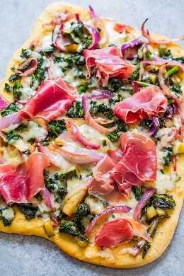 Prosbutto y Balsamic Greens Flatbread - ¡La respuesta a esas ocasiones en que deberías comer una ensalada pero sentirte como una pizza! Parte de ensalada de col rizada, parte de pizza, perfecta para cenas RAPIDAS entre semana o ¡FÁCIL DE ENTRETRE!