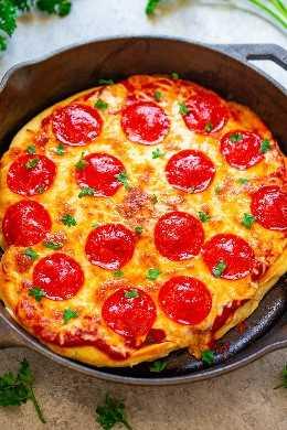 10-Minute Skillet Pizza - ¡Una receta RÁPIDA, FÁCIL, e infalible para hacer pizza en casa en 10 minutos! ¡No llames para la entrega cuando puedes hacer esta pizza en minutos! ¡Qué bondad tan irresistible!