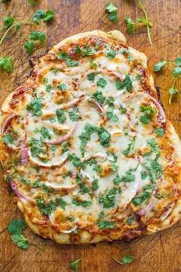 La pizza es buena, muy fácil y está lista en 15 minutos, y me recuerda a la pizza de pollo a la barbacoa de California Pizza Kitchen, excepto que creo que la comida casera es mejor.