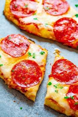 Pizza de salchichón a la parrilla de 10 minutos: ¡la pizza MÁS FÁCIL y MÁS RÁPIDA que harás jamás! Si nunca ha intentado hacer pizza a la parrilla, ¡debe intentarlo! Es infalible, delicioso, más rápido que pedir una entrega, ¡y la pizza siempre es un GANADOR!