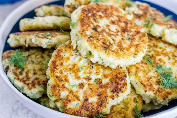 Imagen de buñuelos de coliflor en bandeja.