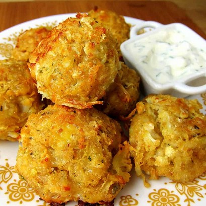 Cheesy Coliflor Tots Con Zesty Yogurt Dip