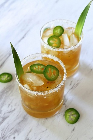 Cóctel De Piña A La Parrilla Y Margarita De Jalapeño