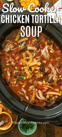 Sopa de tortilla de cocción lenta en una olla de barro negro