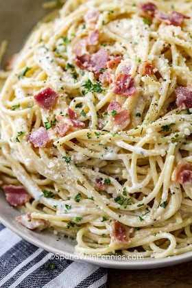 Un cierre encima del tiro de la carbonara de los espaguetis con pancetta y perejil verde.