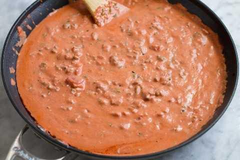 Salsa marinara cremosa en una sartén.
