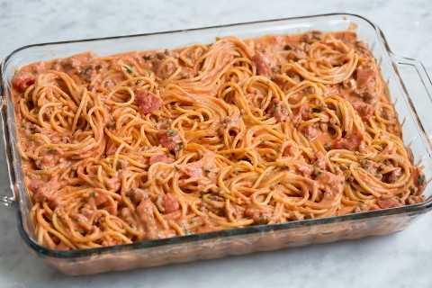 Los espaguetis al horno se muestran antes de hornear en el horno.